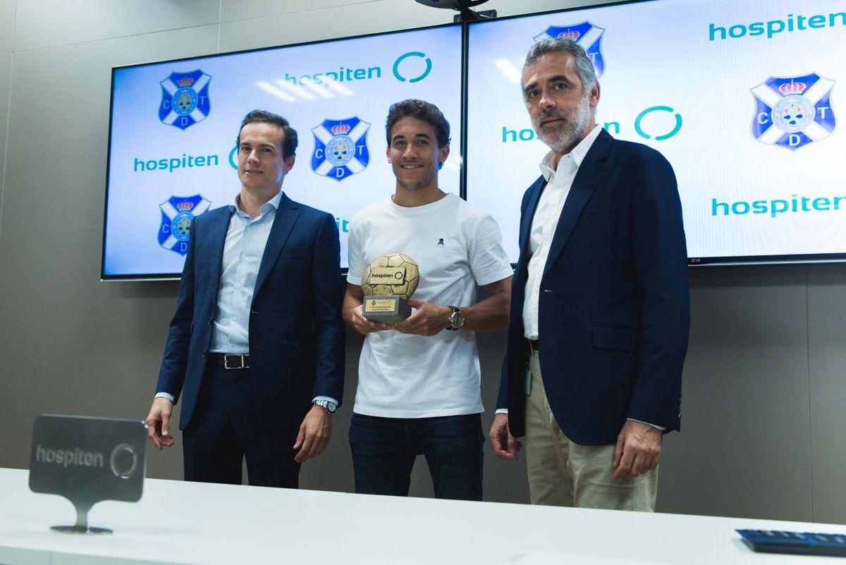 Luis Milla del CD Tenerife recibe el MVP Hospiten