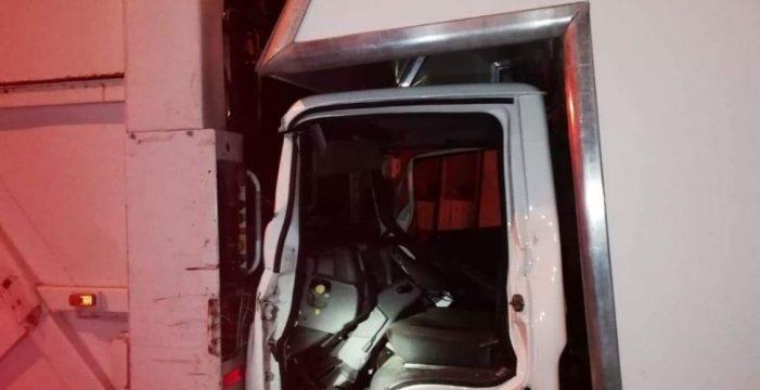 Rescatan a un conductor tras chocar contra un camión de la basura en Los Realejos