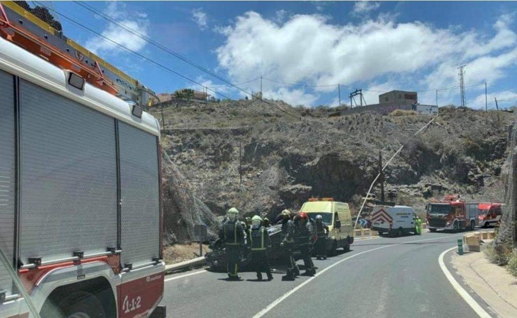 El vehículo volcó en la TF-82, a la altura de Los Menores, municipio de Adeje. LOS DRAGOS