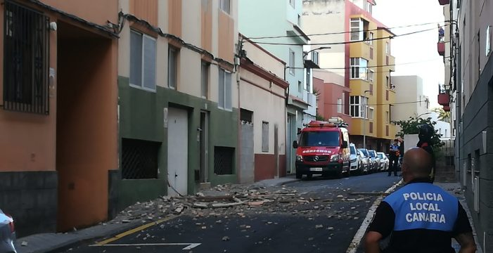 Actuación de urgencia de los bomberos por desprendimientos en un edificio en La Laguna