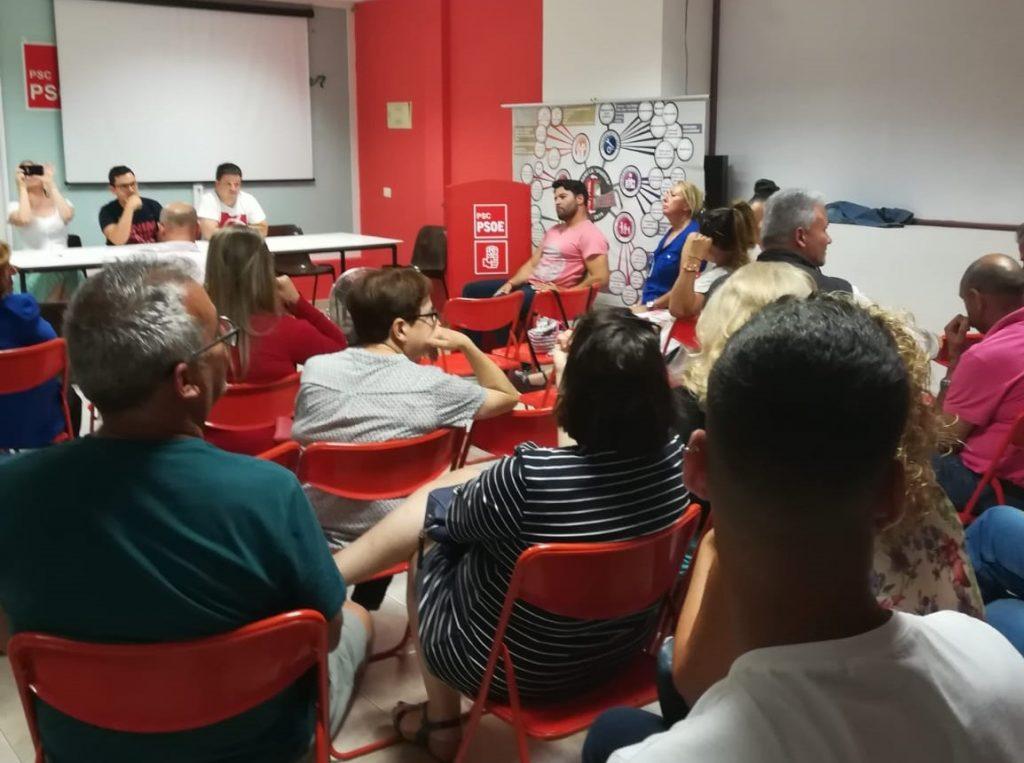 Airam Puerta, en el centro, durante la ejecutiva local del PSOE del lunes / DA
