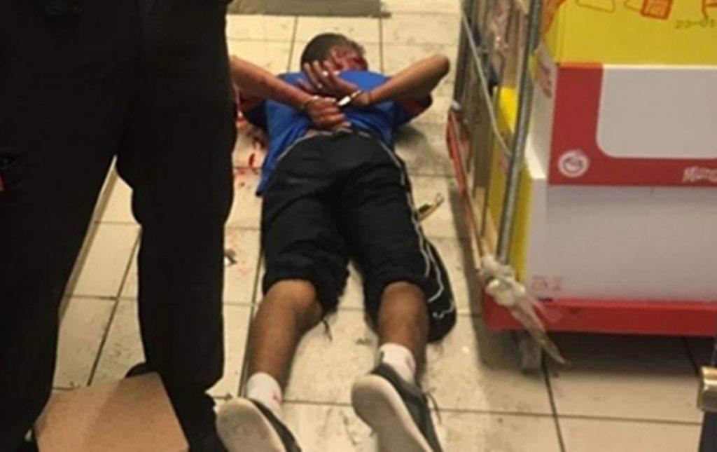 El agresor fue reducido por el vigilante de seguridad