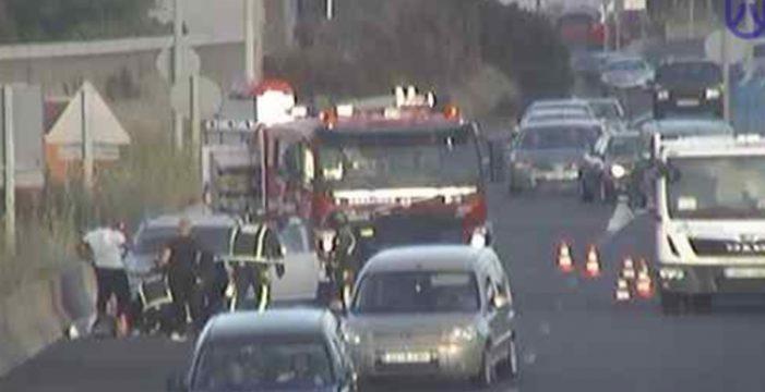 Un vehículo incendiado en la Vía de Ronda provoca grandes colas