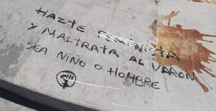 """""""Hazte feminista y maltrata al varón"""": pintan el monumento dedicado al niño Gabriel"""