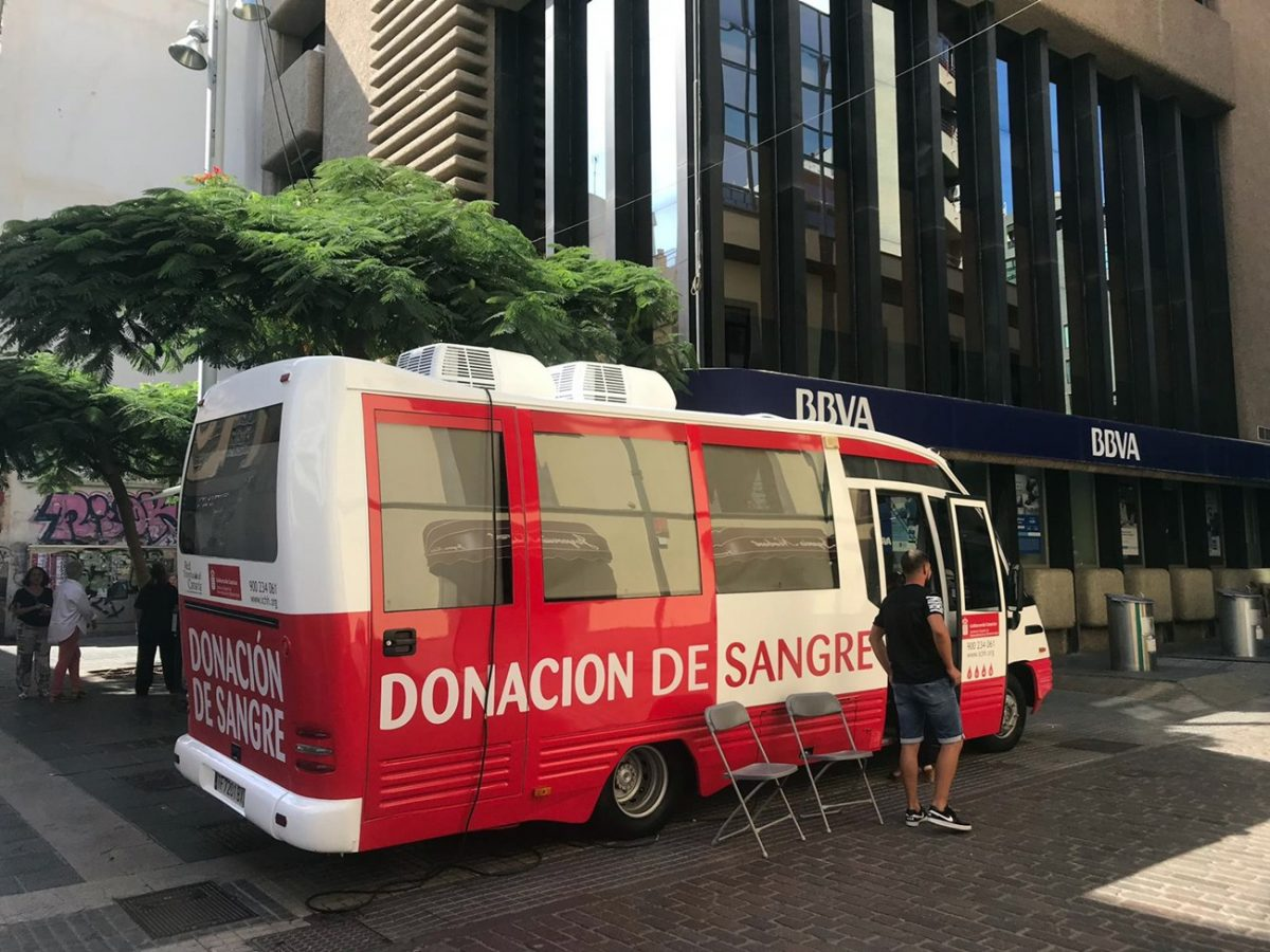 Una unidad móvil del Instituto Canario de Hemodonación y Hemoterapia en la calle Castillo de Santa Cruz. DA