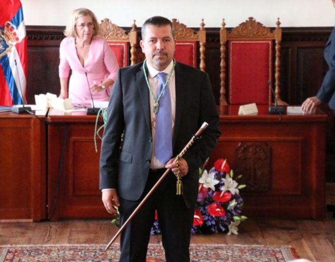 El alcalde capitalino sigue esperando para pactar, a expensas de las negociaciones de Antona en clave regional