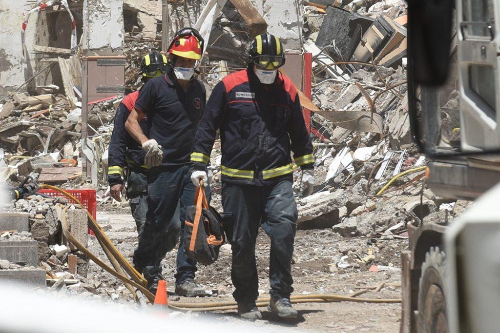 Varios bomberos, junto a los escombros del edificio Julián José, en Los Cristianos, en 2016. Sergio Méndez