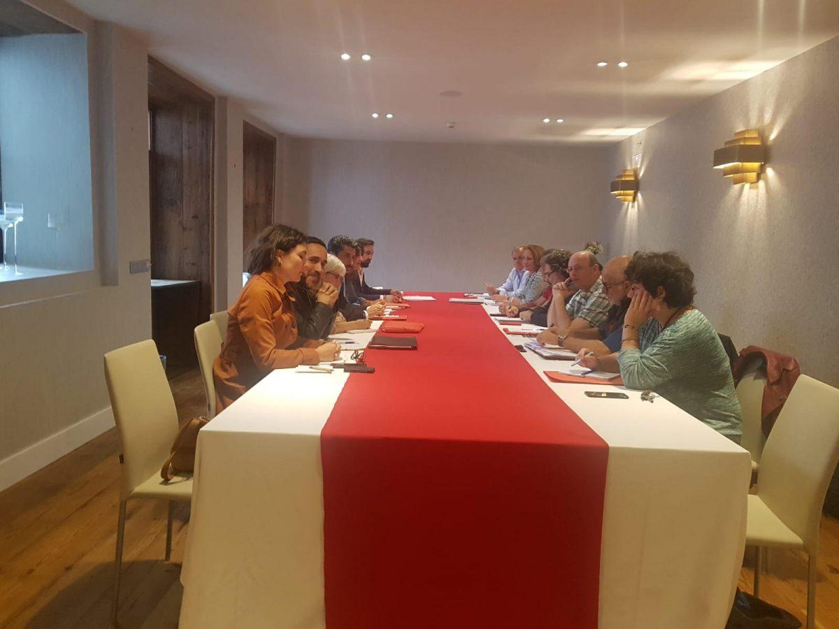 Imagen de la reunión celebrada ayer en La Laguna entre los negociadores de las fuerzas de progreso y los del Partido Popular. DA