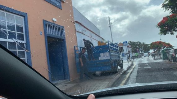 Cargan archivos en un camión a dos días de que se conforme el Ayuntamiento de Santa Cruz
