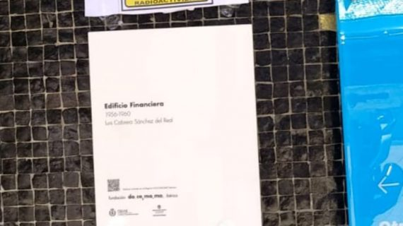 Broma con mensaje en la sede 'radioactiva' de la Policía Local de Santa Cruz
