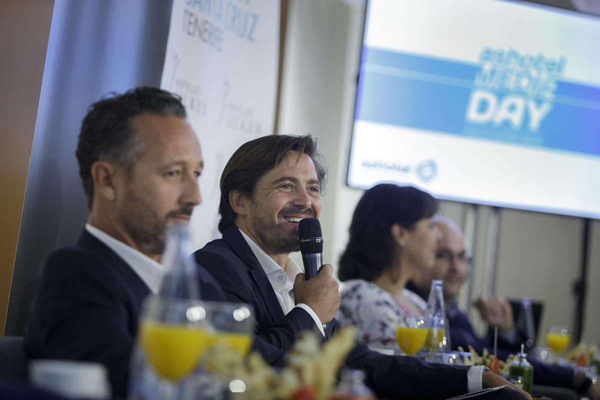 Jorge Marichal, presidente de Ashotel, acompañado de los vicepresidentes de zona durante su intervención ayer en el encuentro anual de la patronal con los medios de comunicación. DA