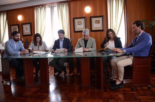 El presidente del Cabildo y los alcaldes de Candelaria, Arafo y Güímar suscriben el convenio de las obras, que ascienden a 6,9 millones de euros. DA