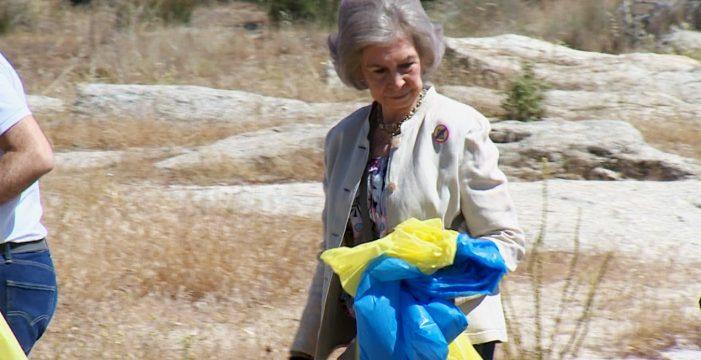 La reina Sofía recoge basura en su faceta más ecologista e implicada