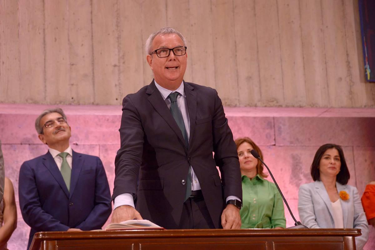 El nuevo consejero autonómico de Obras Públicas, Sebastián Franquis, promete su cargo, ayer, en Santa Cruz de Tenerife. DA
