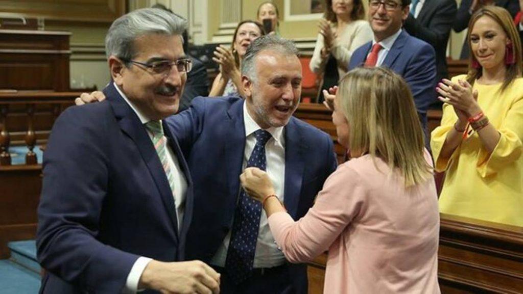 Román Rodríguez y Ángel Víctor Torres, en la investidura de este último como nuevo presidente del Gobierno de Canarias EFE