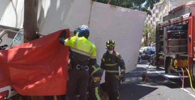 Atrapado tras chocar su furgoneta contra un árbol en Santa Cruz