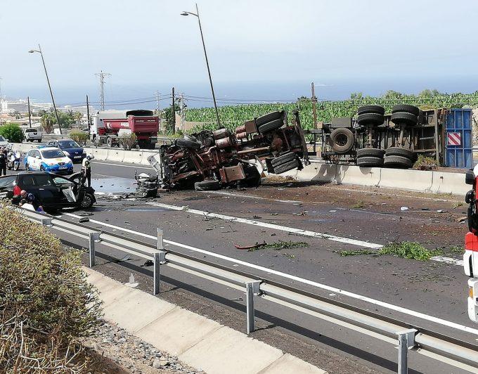 Una mujer muerta y dos heridos graves en el vuelco de un camión en la TF-1