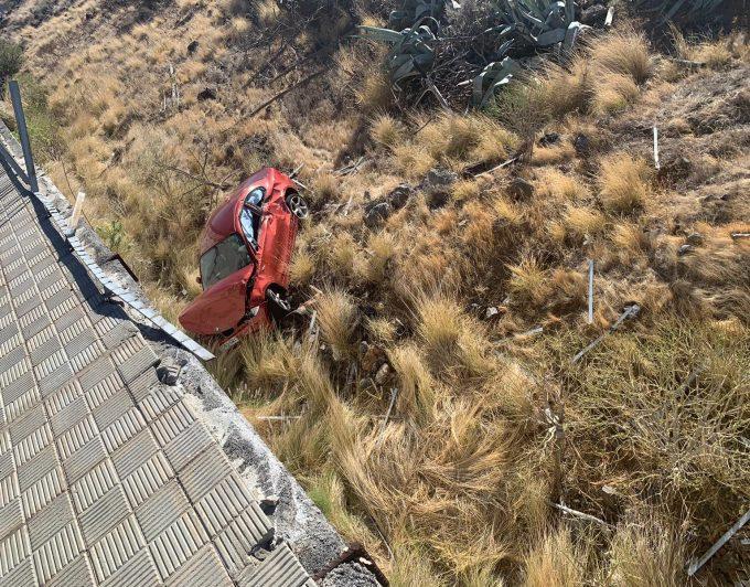 Un vehículo se sale de la vía y cae a un barranco en Santa Cruz