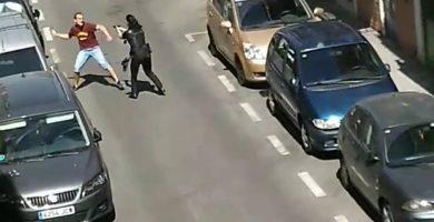 Un hombre se enfrenta a la Policía con un cuchillo en la mano en plena calle
