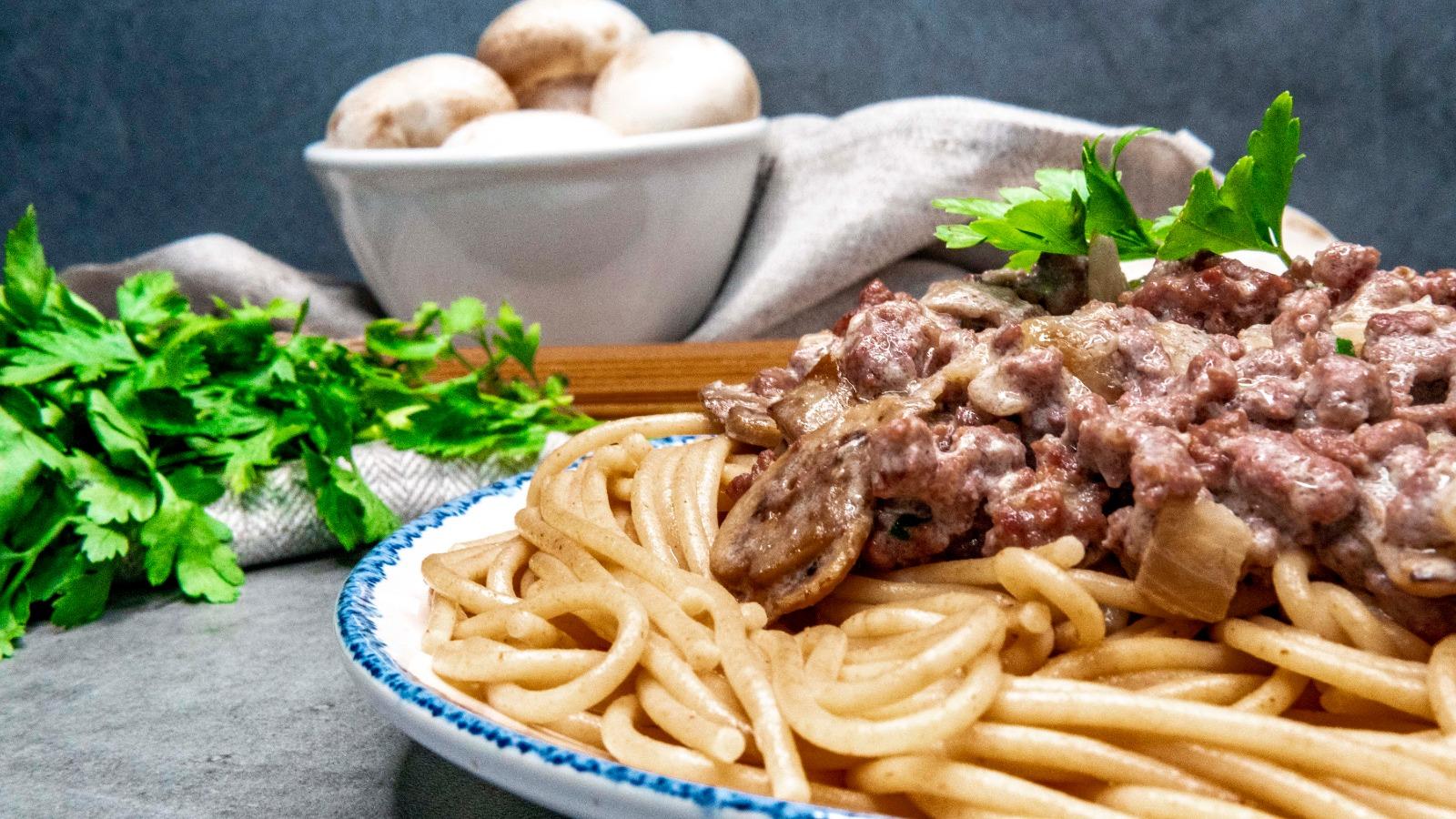 Espaguetis en salsa strogonoff con la receta de María Alcázar e ingredientes de Lidl