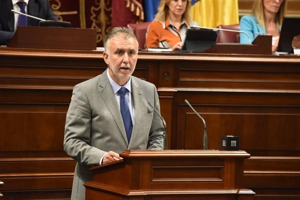 Torres durante el discurso de su investidura como presidente del Gobierno de Canarias. EP