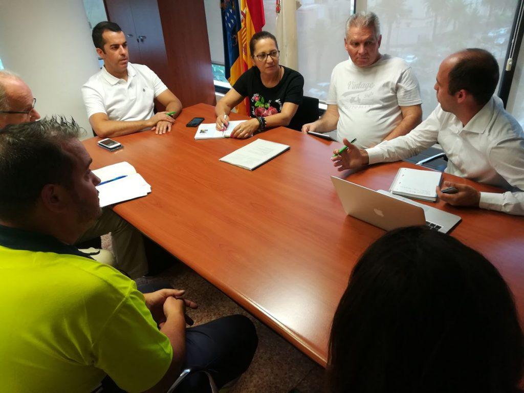 El concejal de Movilidad, Florentino Guzmán, se reunió, ayer, con los representantes de Lovesharing Motos. / DA