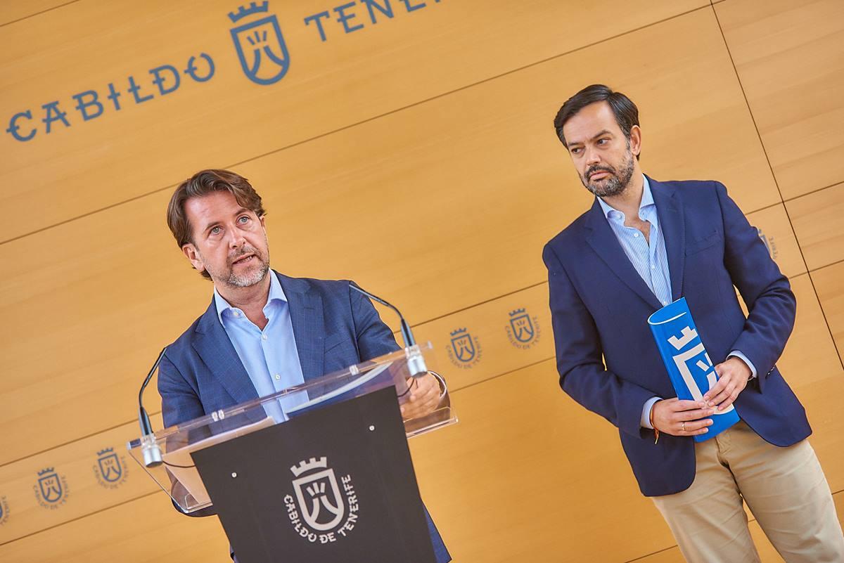El presidente del Cabildo, Carlos Alonso (CC), en la rueda de prensa de ayer                         tras el Consejo de Gobierno. A la derecha, el vicepresidente primero, Lope Afonso (PP). DA
