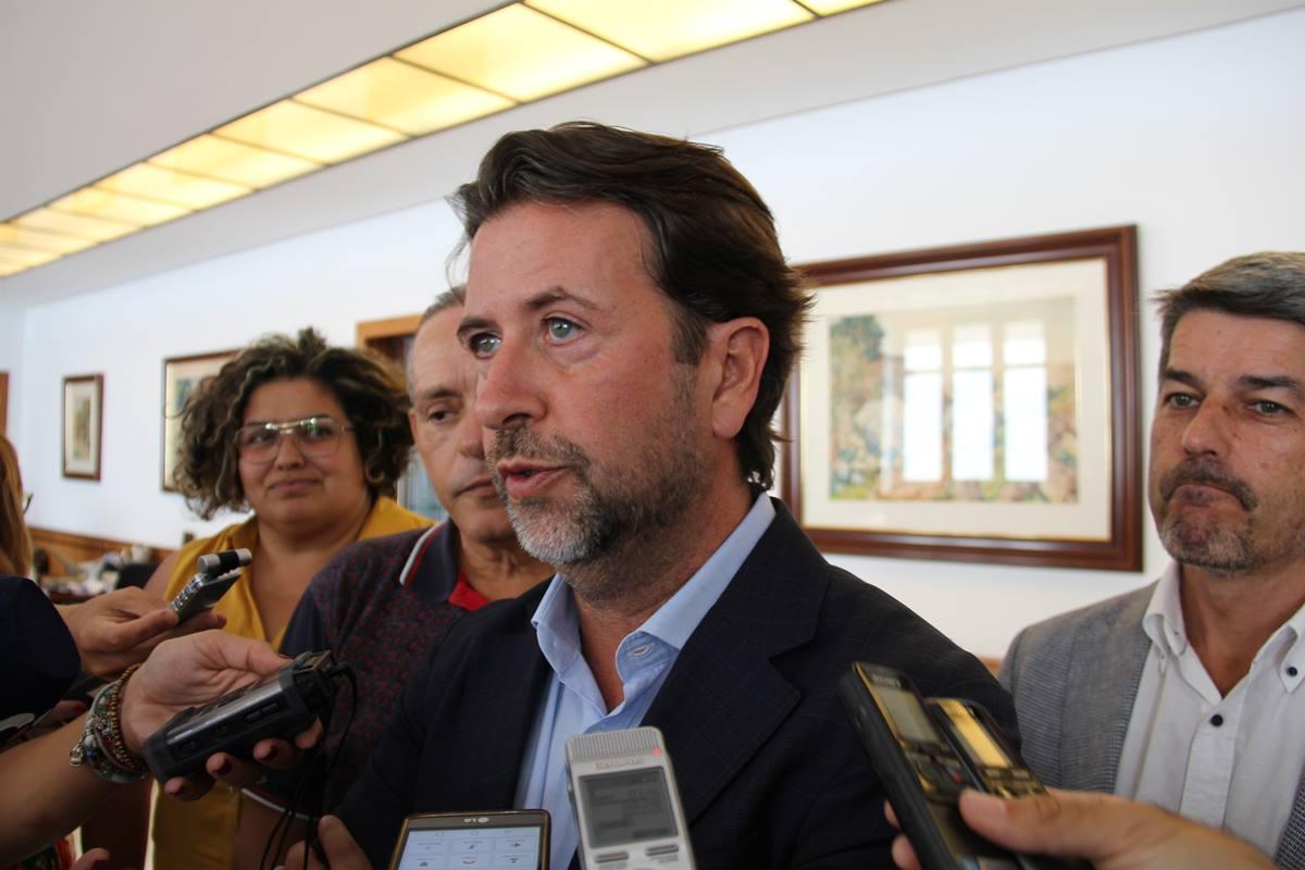 Carlos Alonso (CC) atiende a la prensa tras ser presentada la moción de censura en el Cabildo de Tenerife. EP