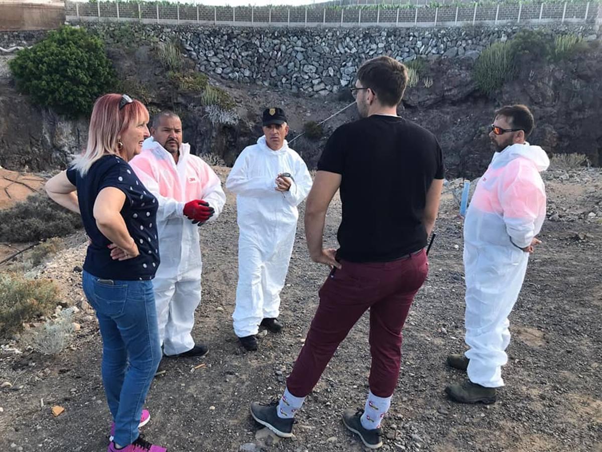 La concejala de Sanidad de Adeje, Amada Trujillo, junto a un equipo especialista del Seprona. DA