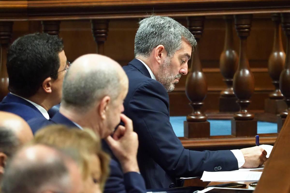 Fernando Clavijo (CC) toma nota durante el discurso de investidura del socialista Ángel Víctor Torres. Sergio Méndez
