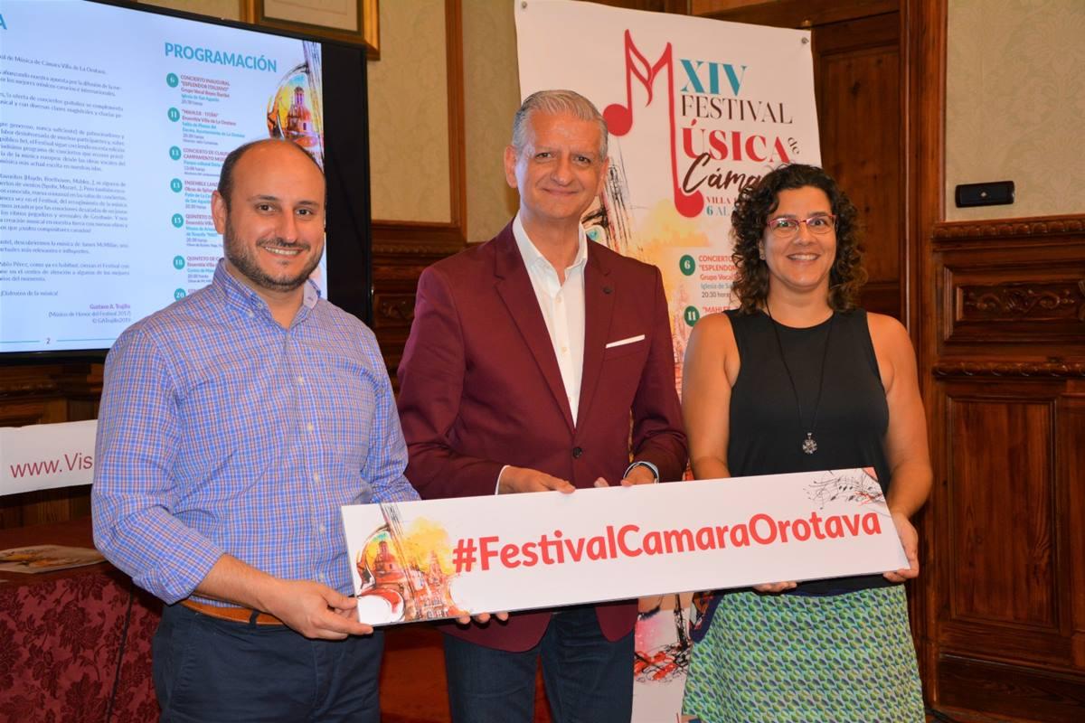 El alcalde villero, Francisco Linares, junto al coordinador del festival y la presidenta de la Coral Reyes Bartlet. DA