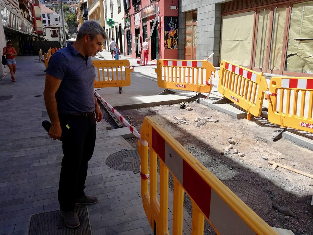 El concejal David Hernández, durante la inspección realizada a las obras de la calle San Juan. DA