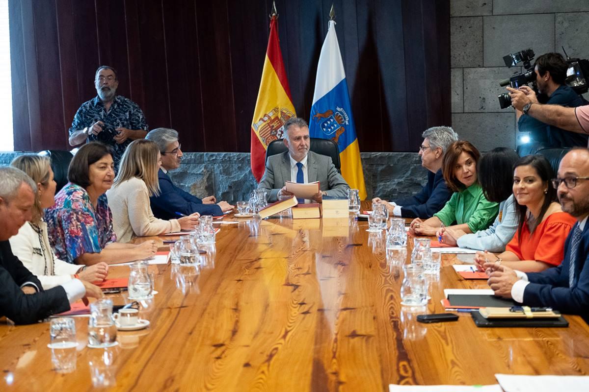 La primera reunión del Consejo de Gobierno se celebró ayer en la sede santacrucera de Presidencia. Fran Pallero