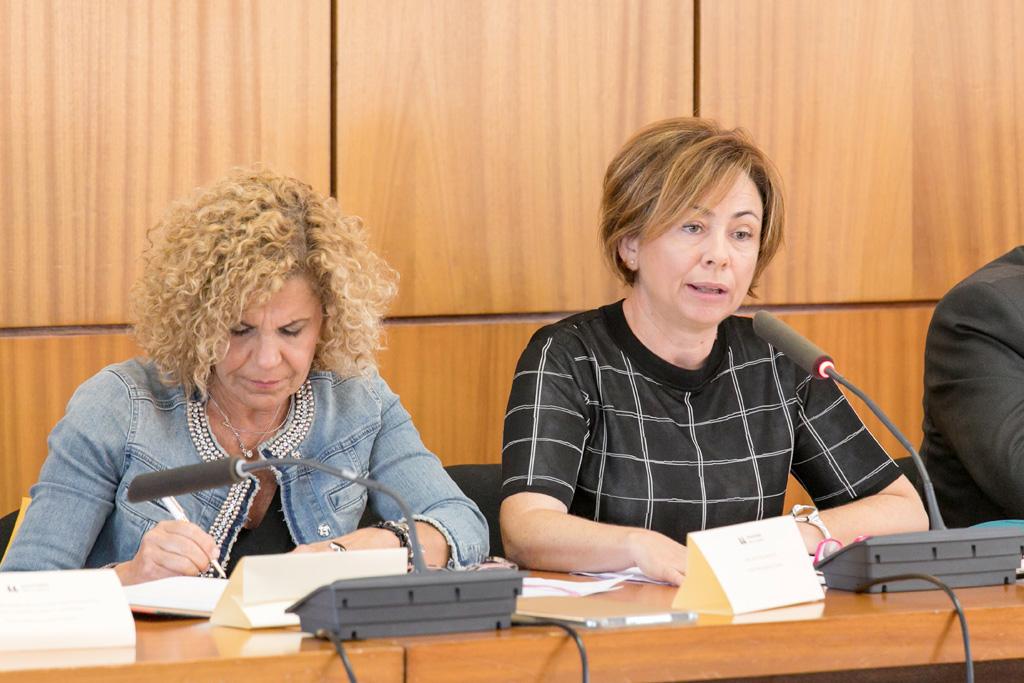 La rectora de la ULL, Rosa Aguilar (der.), junto a la secretaria general, Elvira Afonso. DA