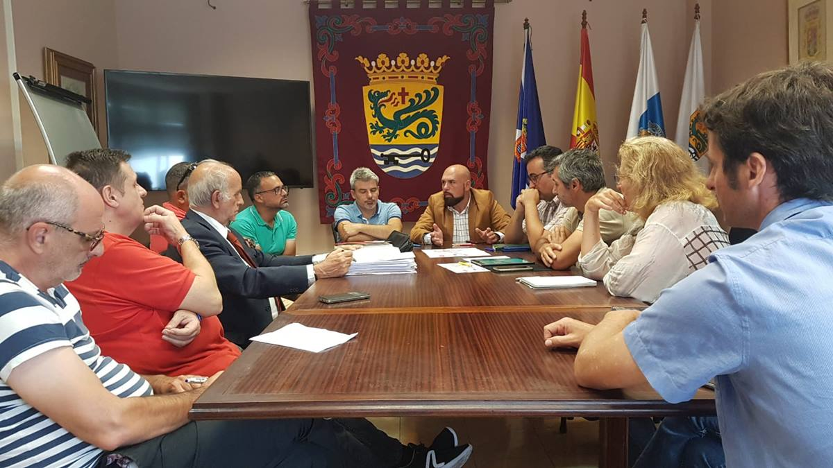 El alcalde y el concejal de Ciudad Sostenible se reunieron con los empresarios afectados por las obras. DA