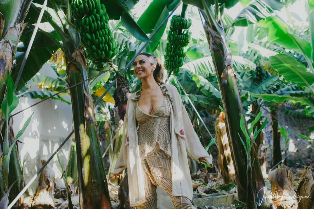 Mónica Naranjo aprovechó ayer su estancia en la isla de La Palma para visitar una platanera antes de reunirse con la prensa en el Centro de Interpretación de Caños de Fuego. DA