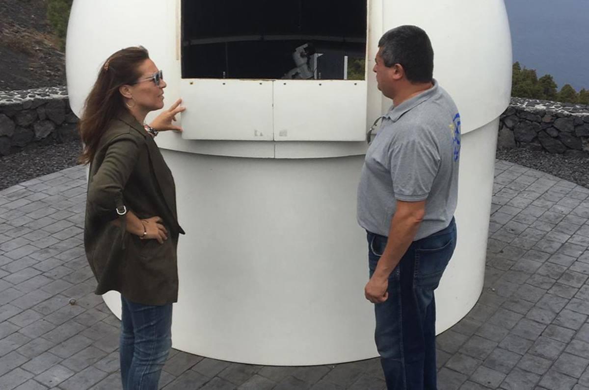 La concejala Celia Santos visitó el telescopio instalado en el Centro de Visitantes del Volcán de San Antonio. DA
