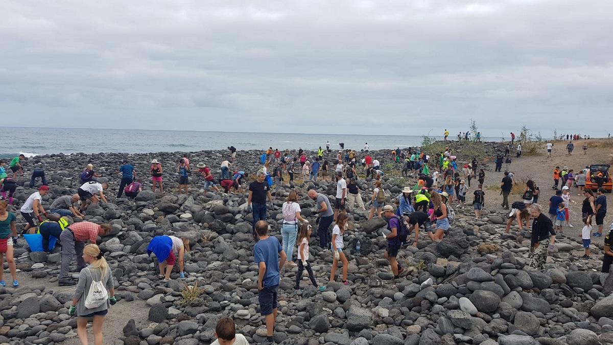 En apenas 45 minutos, el centenar de voluntarios desmontó ayer los apilamientos en los alrededores del Castillo. DA
