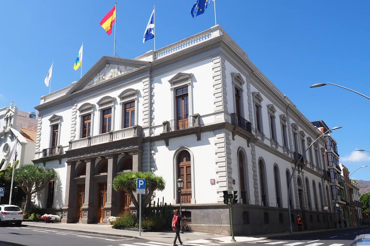 El equipo de gobierno del Ayuntamiento de Santa Cruz inicia la contratación de las primeras auditorías sobre los distintos servicios municipales, tal y como se había comprometido en campaña. S. M.