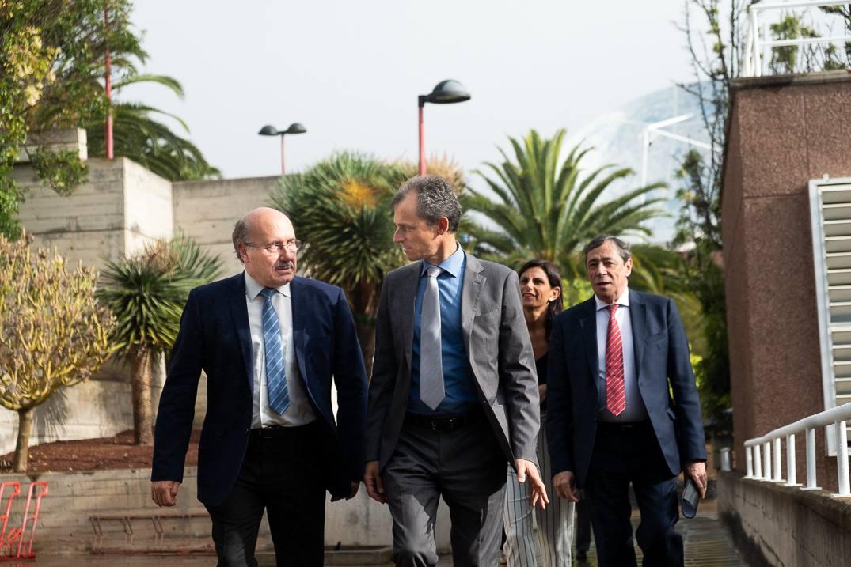 Rafael Rebolo recibió al ministro Pedro Duque a su llegada a la sede del IAC. Fran Pallero