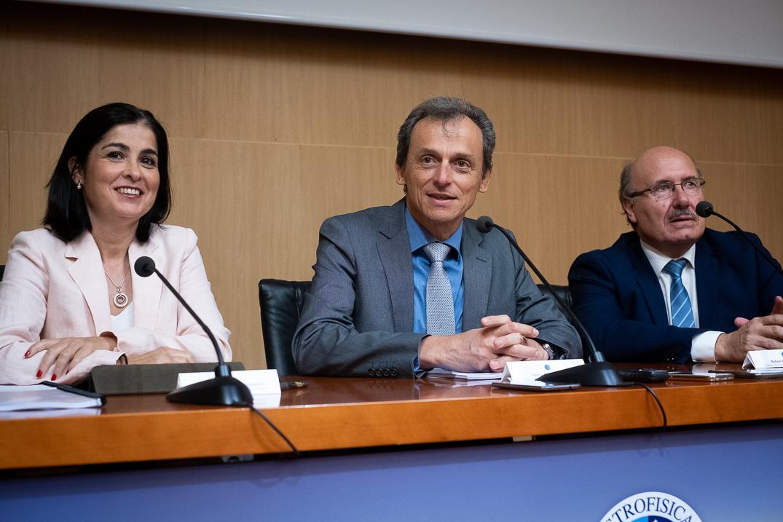 Carolina Darias, Pedro Duque y Rafael Rebolo, durante la comparecencia ante la prensa. Fran Pallero
