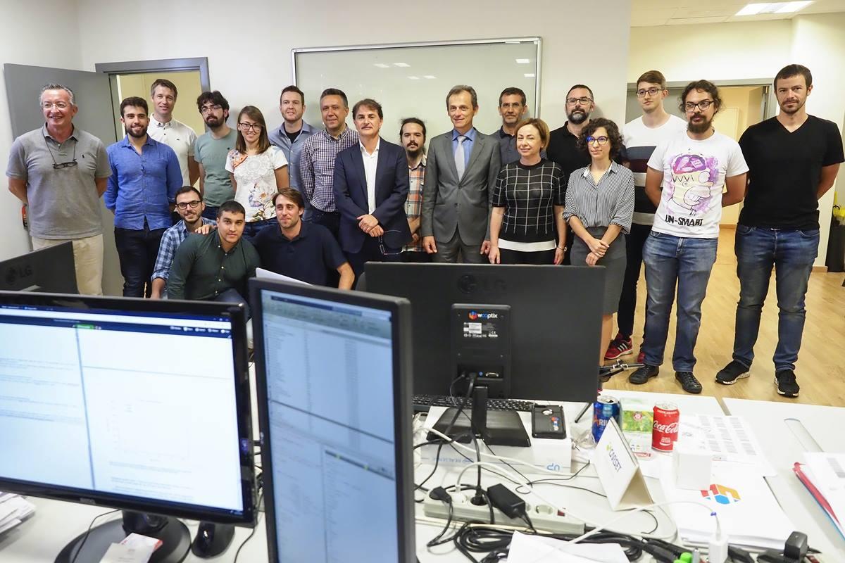Duque y Aguilar posan con los integrantes de la empresa tecnológica de la ULL Wooptix. Sergio Méndez