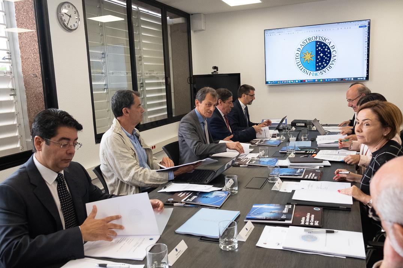 Una imagen de la reunión del Consejo Rector del Instituto de Astrofísica de Canarias, que mostró su disposición a recibir el TMT si no puede construirse en Hawái. Fran Pallero