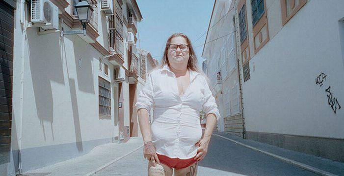 Alba, la stripper bajita, divertida y desdentada que ignora las burlas de los hombres