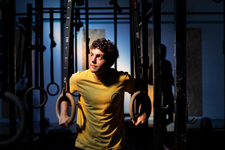 André posa en su gimnasio, Círculo CrossFit, en La Laguna, donde él y su pareja han hecho de su afición por el deporte una forma de vida. Fran Pallero