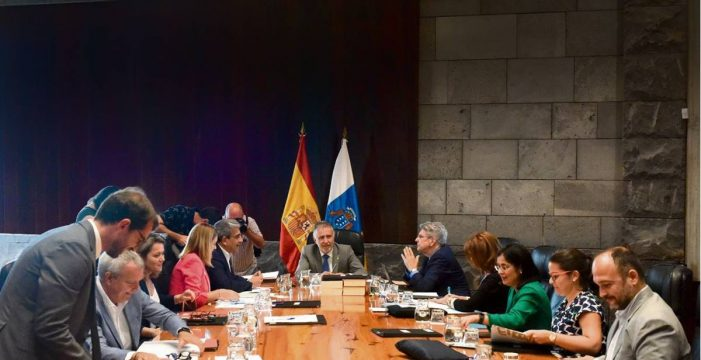 El Gobierno de Canarias retiene 140 millones por la herencia 'envenenada' de Clavijo