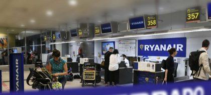 Ryanair cierra sus bases en Canarias y anuncia despidos masivos