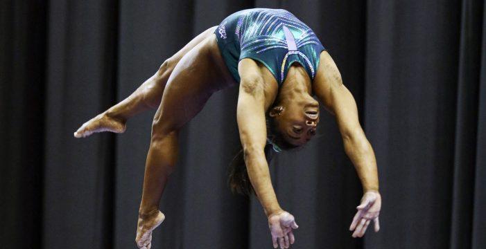 La gimnasta Simone Biles desafía a la ley de la gravedad con este salto espectacular