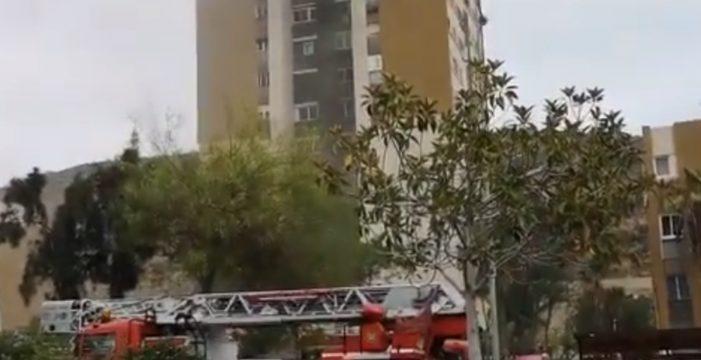 Humareda por el incendio en un edificio de Gran Canaria