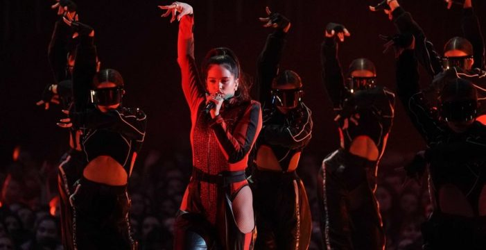 Rosalía, primera española en ganar un MTV Music Award, convierte el escenario en la Feria de Sevilla y lo peta